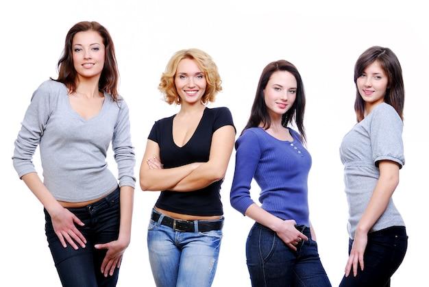 Groupe de quatre jeunes filles heureuses.
