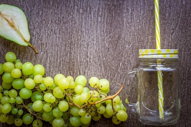 Groupe de raisins verts fruits d'automne sur fond de bois rustique