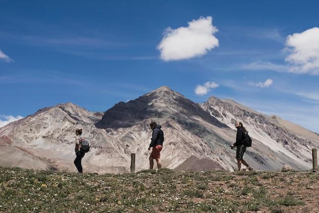 Groupe de randonneurs de randonnée en face de la montagne