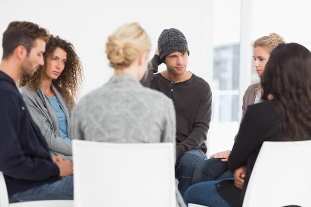 Groupe de réadaptation sérieux lors d'une thérapie