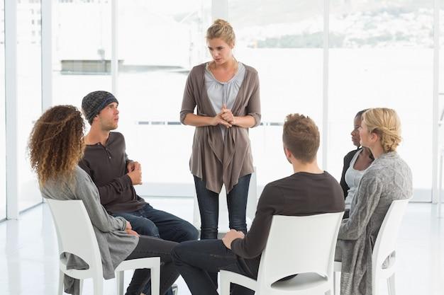 Groupe de réhabilitation à l'écoute de la femme debout se présentant