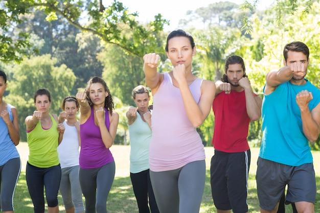 Groupe de remise en forme dans le parc