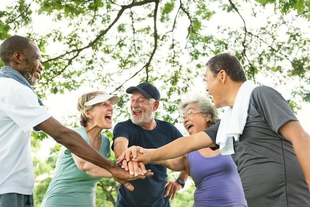 Groupe de retraite senior exercice ensemble concept de conciliation
