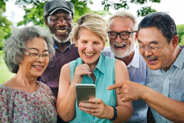 Groupe de retraite senior utilisant le concept de style de vie numérique