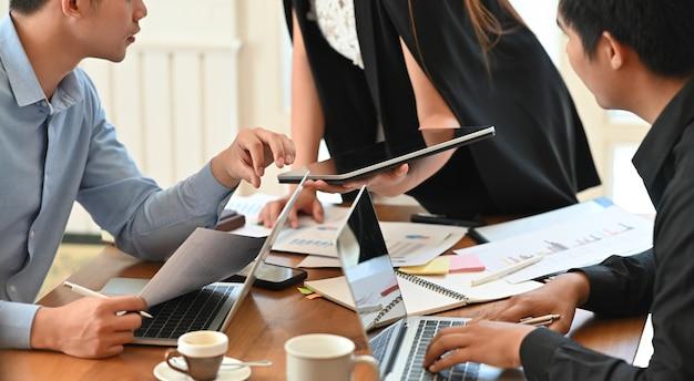 Groupe de réunion d'affaires sur la table