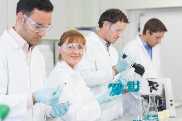 Groupe de scientifiques travaillant au laboratoire
