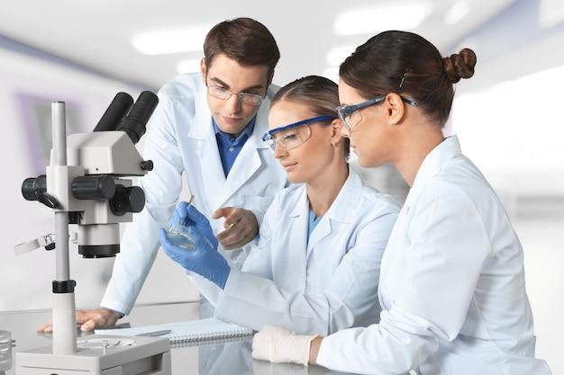 Groupe des scientifiques travaillant au laboratoire