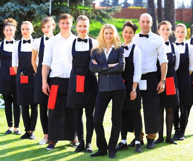Groupe de serveurs et serveuses