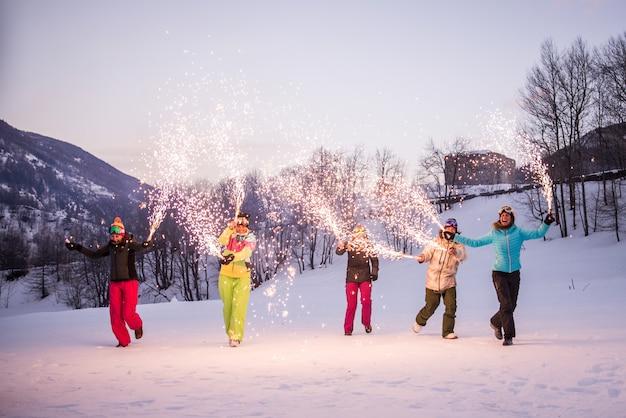 Groupe de snowboarders en vacances d'hiver