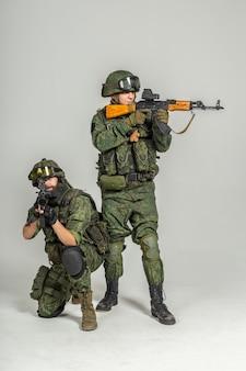 Groupe de soldats russes sur blanc
