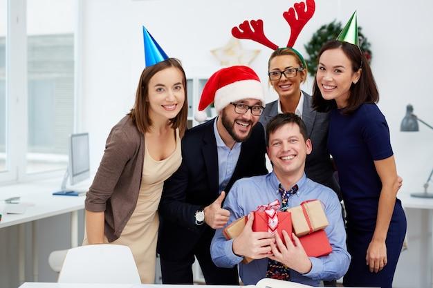 Groupe souriant homme d'affaires heureux