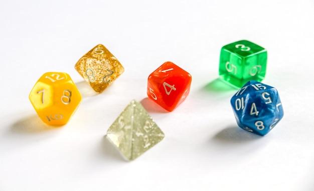 Groupe spécial de dés colorés pour les jeux de rôle.