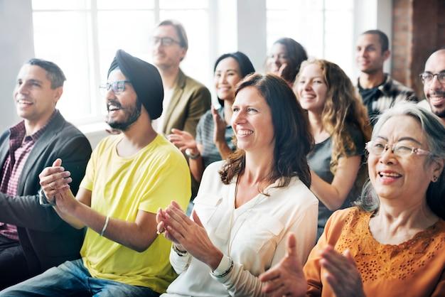 Un groupe de spectateurs diversifié en réunion
