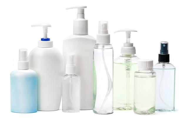 Groupe de spray désinfectant pour les mains et de bouteilles de savon liquide sur tableau blanc