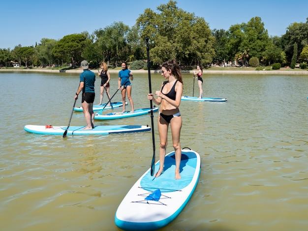 Groupe de stand up paddle sur l'eau