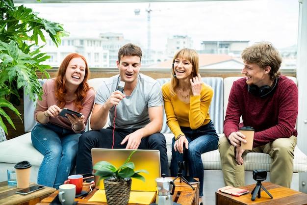 Groupe de streamers créatifs du millénaire enregistrant la diffusion vidéo en direct sur les plateformes de médias sociaux