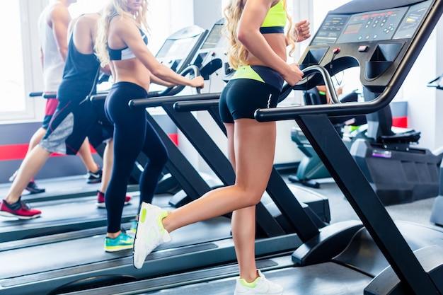 Groupe de tapis roulant exerçant dans la salle de fitness