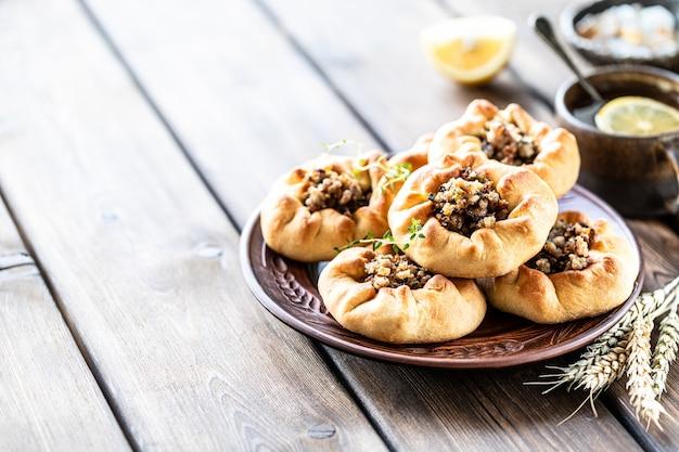 Groupe de tartes individuelles avec viande et pomme de terre. tartes traditionnelles tatares.