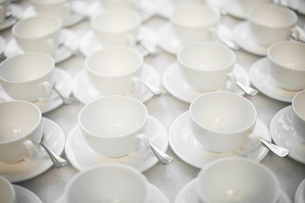 Groupe de tasses à café vides de tasse blanche pour le service thé ou café au petit déjeuner