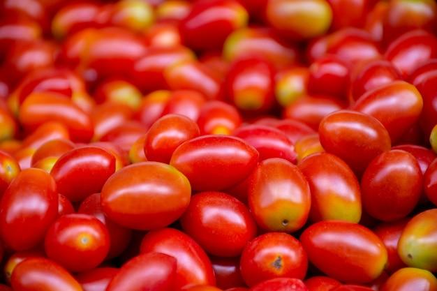 Groupe de tomates cerises fraîches au marché du frais.