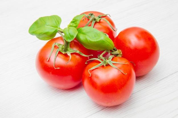 Groupe de tomates fraîches resd au basilic