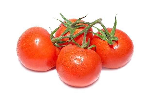 Groupe de tomates rouges isolé sur blanc