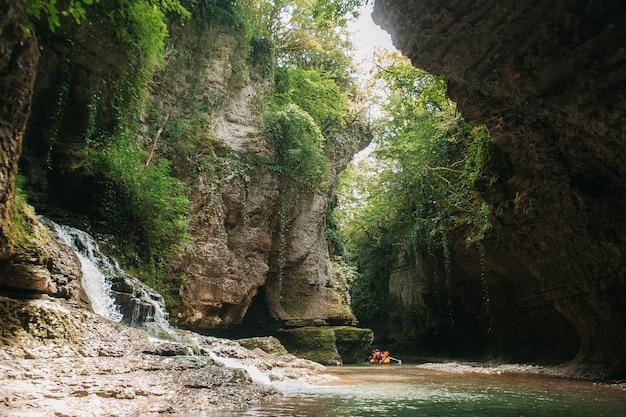 Un groupe de touristes flottant dans un canot pneumatique sur le canyon de la rivière martvili, en géorgie.