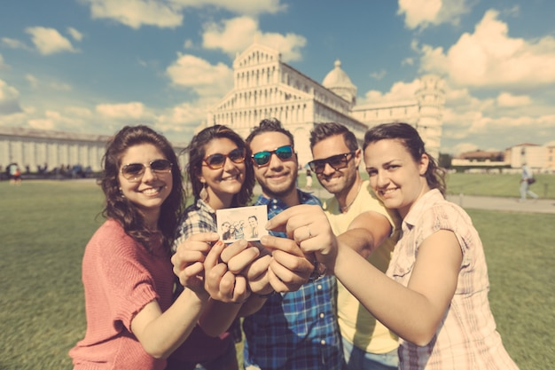 Groupe de touristes avec leur photo à pise.