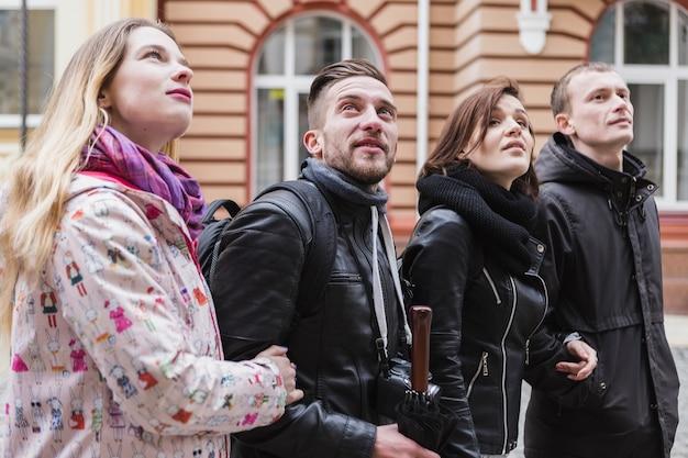 Groupe de touristes marchant dans la rue de la ville