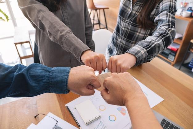Groupe de travail d'équipe d'affaires joignent leurs mains avec le pouvoir et le concept réussi