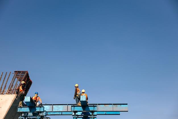 Groupe de travailleurs travaillant sur un chantier de construction