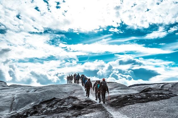 Un groupe de trekking sur le glacier svinafellsjokull. islande