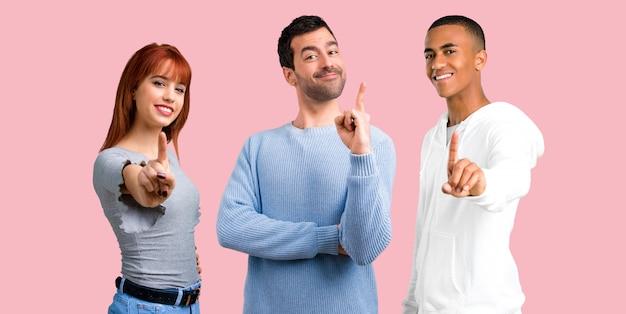 Groupe de trois amis comptant le signe numéro un