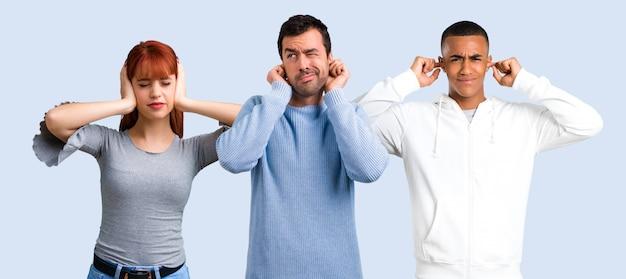 Groupe de trois amis couvrant les deux oreilles avec les mains