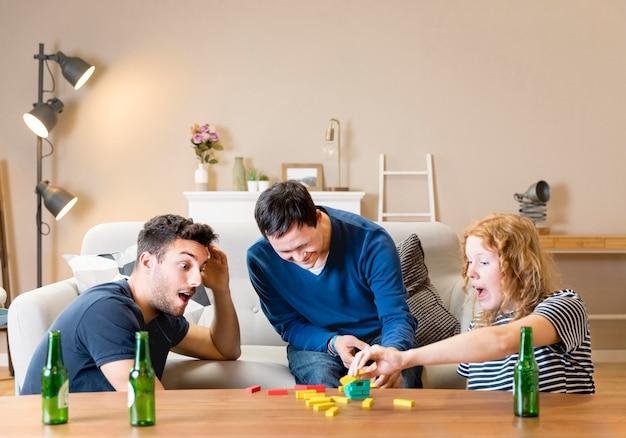 Groupe de trois amis jouant à des jeux