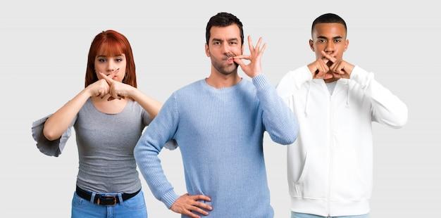 Groupe de trois amis montrant des signes de fermeture de la bouche et de silence