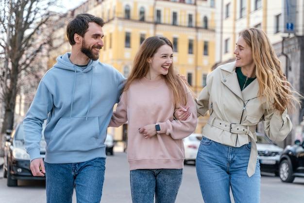Groupe de trois amis smiley en plein air dans la ville