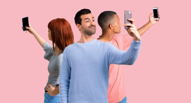 Groupe de trois amis utilisant un téléphone portable