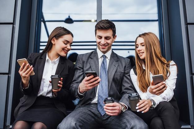 Groupe de trois jeunes bussy pendant la pause au travail