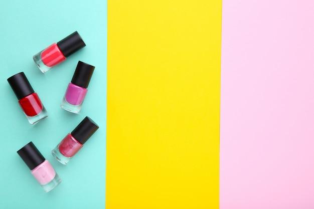 Groupe de vernis à ongles brillants sur coloré