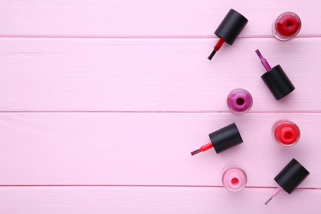 Groupe de vernis à ongles brillants sur rose