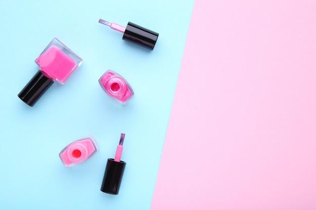 Groupe de vernis à ongles rose sur coloré