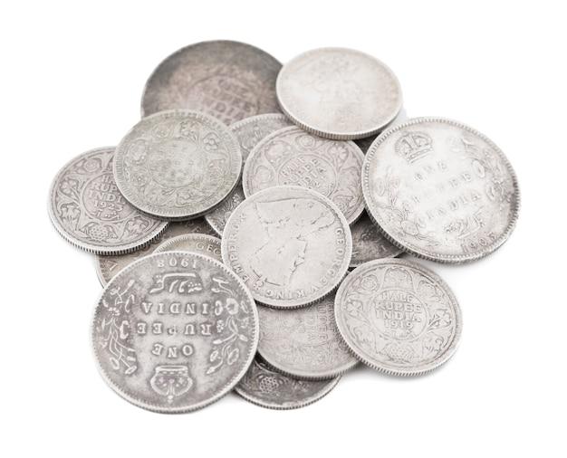 Groupe de vieilles pièces de monnaie indiennes sur fond blanc