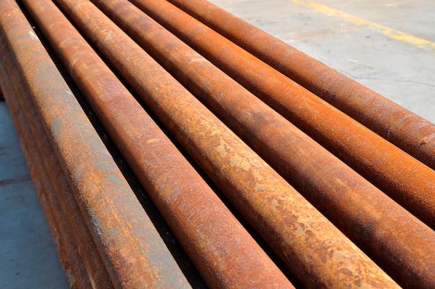 Groupe de vieilles pipes rouillées tournées à l'extérieur