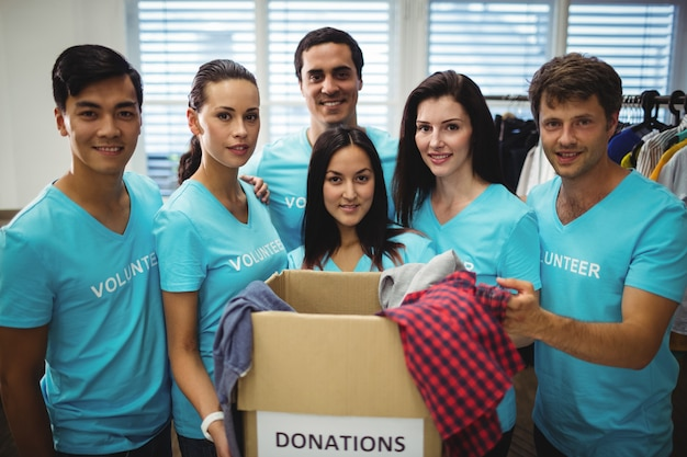 Groupe de volontaires avec boîte de dons