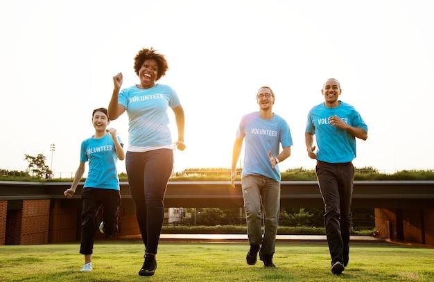 Groupe de volontaires heureux et divers
