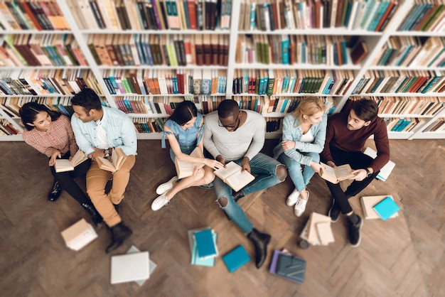 Groupe de la vue de dessus des étudiants ethniques multiculturels dans la bibliothèque.