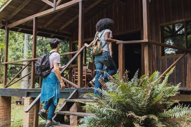 Groupes d'amis dans une cabane