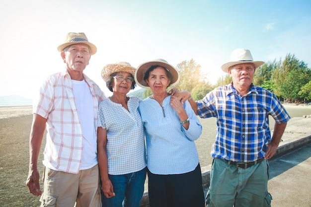 Les groupes de personnes âgées viennent à la mer pour se détendre à la retraite.