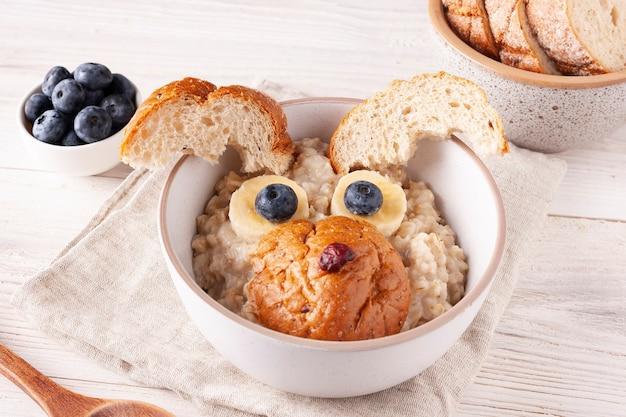 Gruau aux bleuets et petit-déjeuner pour enfants à la banane